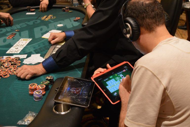simultaneous live and online poker